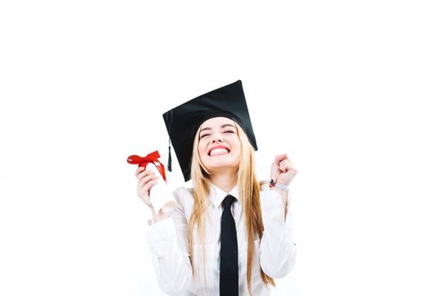mujer-feliz-emocionada-graduacion_23-2147745758